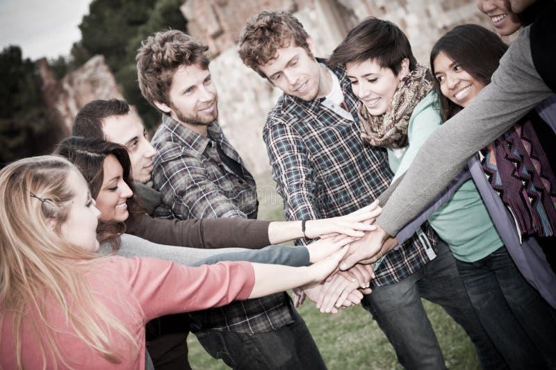 вручает multiracial студентов стога стоковое изображение