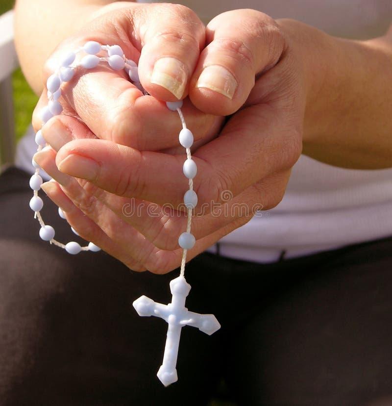 вручает rosary стоковая фотография rf