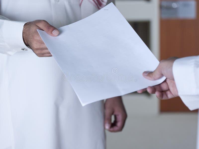Вручать над документом к товарищескому работнику стоковое изображение