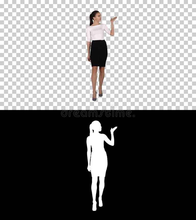 Вручитель бизнес-леди говоря и показывая продукт или текст, канал альфы стоковое изображение
