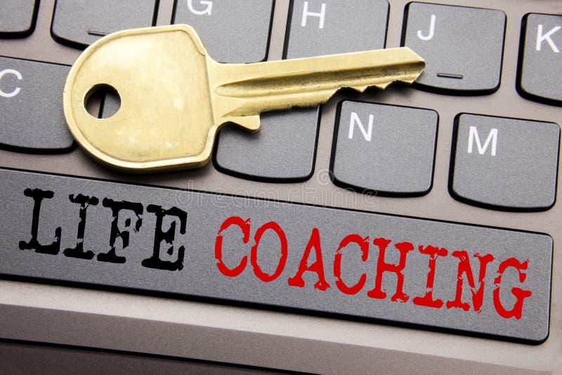 Вручите воодушевленность титра текста сочинительства показывая тренировать жизни Концепция дела для личной помощи тренера написан стоковые фото
