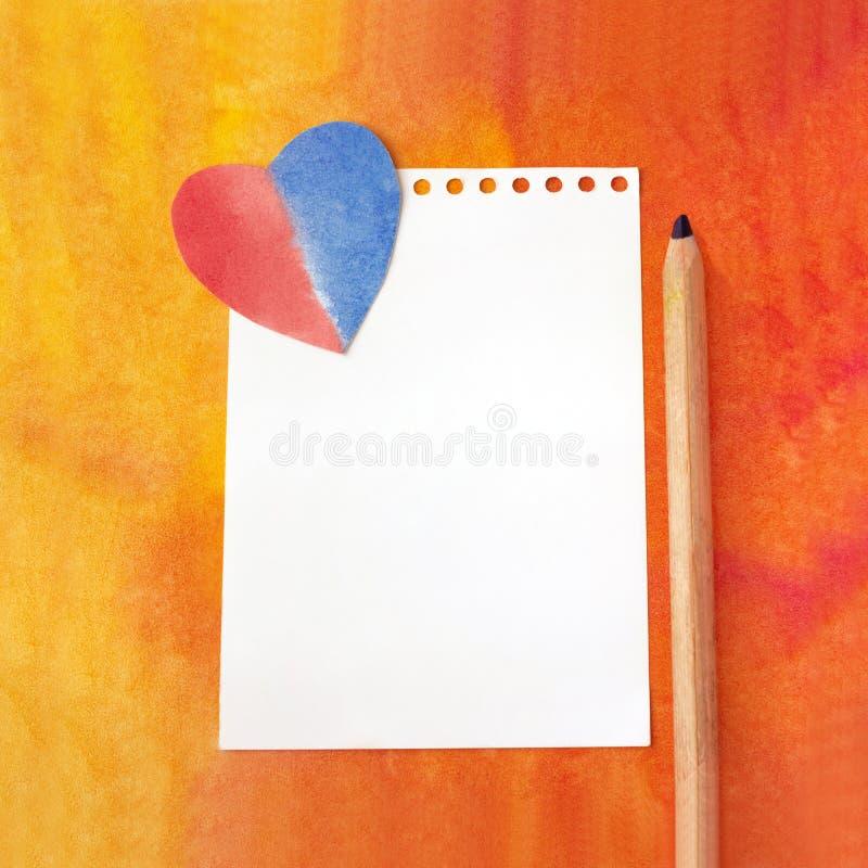 Вручите вычерченную абстрактную предпосылку акварели, красочный шаблон Лист белой бумаги шаблона, бумажное сердце и карандаш Худо стоковое изображение rf