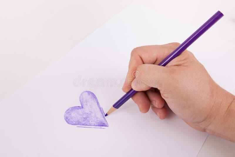 Вручите вычерченную руку фиолетового сердца держа карандаш расцветки искусства стоковые фотографии rf