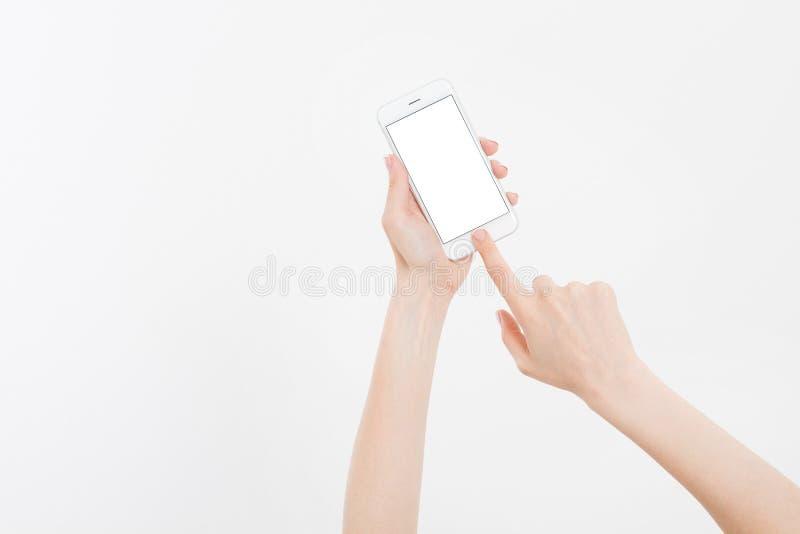 Вручите держать белый мобильный телефон изолированный на белом пути клиппирования внутрь прочешите покупка руки фокуса dof он-лай