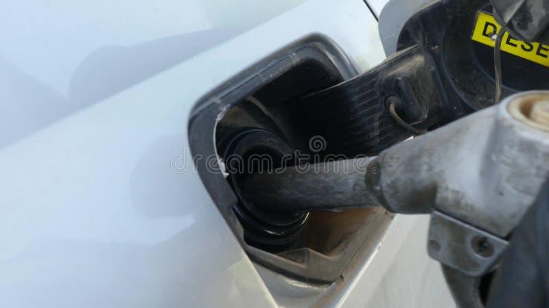 Вручите держать топливо сопла дальше заполните внутри автомобиль стоковые изображения