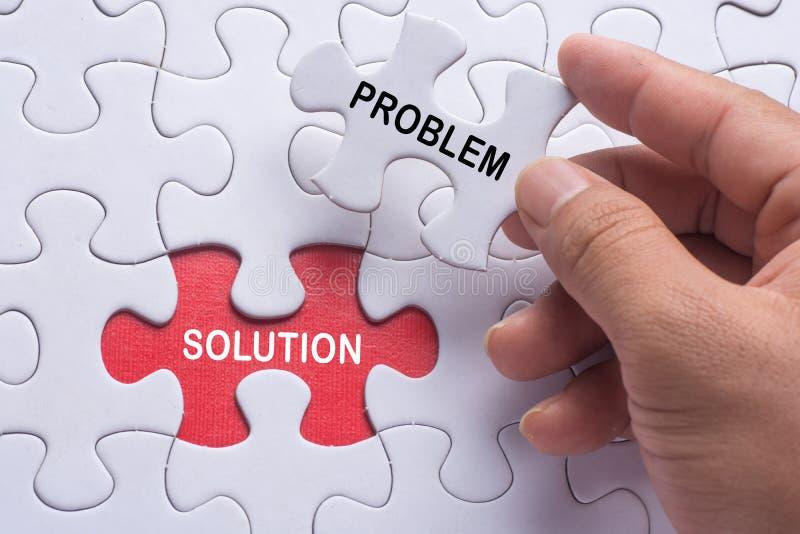 Вручите держать часть мозаики с проблемой & решением слова стоковое изображение