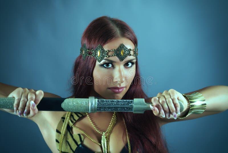 вручите ее женщину ратника шпаги удерживания стоковое фото rf