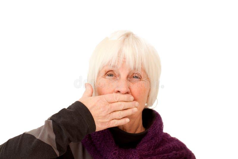 вручите ее рот удерживания над женщиной стоковое изображение rf