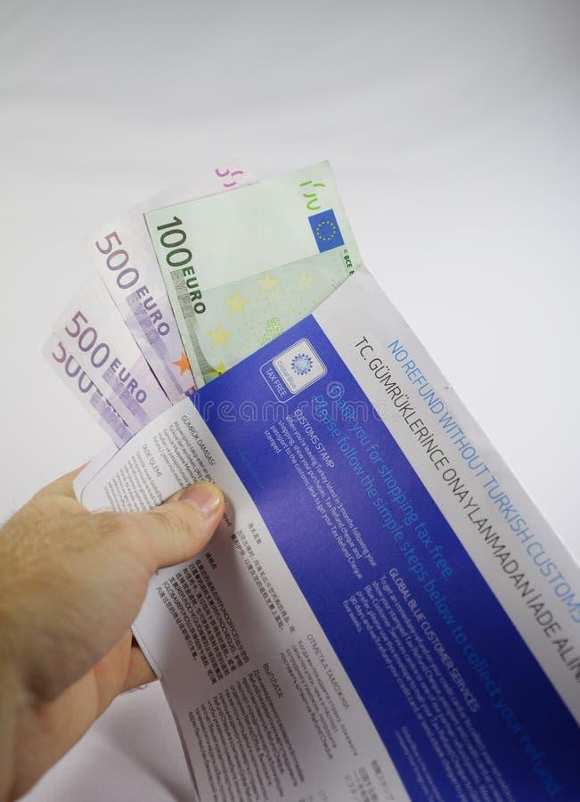 Вручите держать налог свободный конверт с тысячами евро стоковые фото