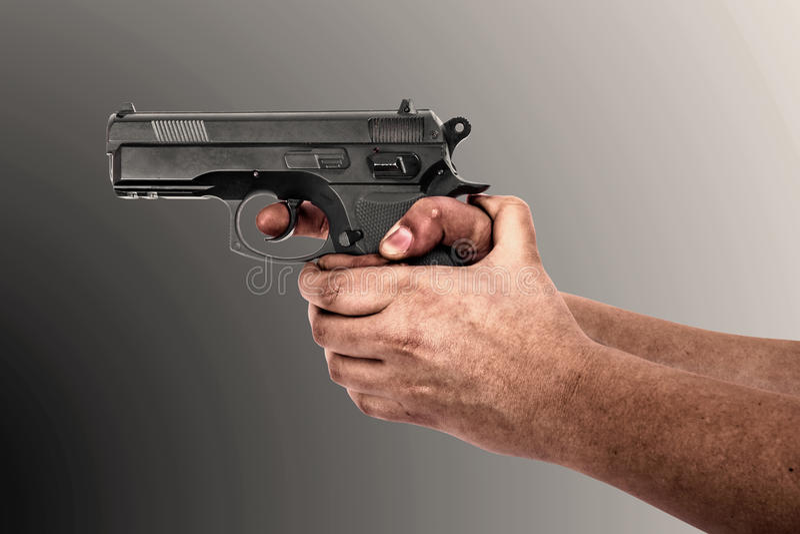 Вручите держать оружие изолированный на серой предпосылке стоковые изображения rf