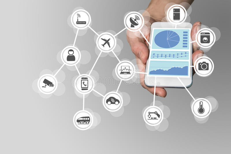 Вручите держать современный умный телефон на нейтральной предпосылке Приборная панель контролировать и контролировать интернет ве иллюстрация штока