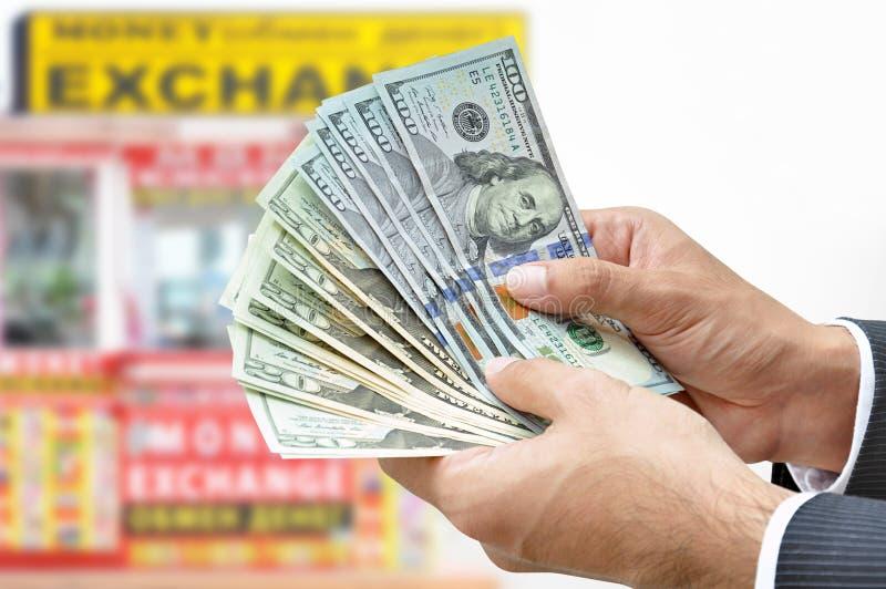 Вручите держать счеты доллара США денег - концепцию обменом денег стоковое изображение rf
