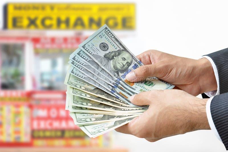 Вручите держать счеты доллара США денег - концепцию обменом денег стоковое фото rf