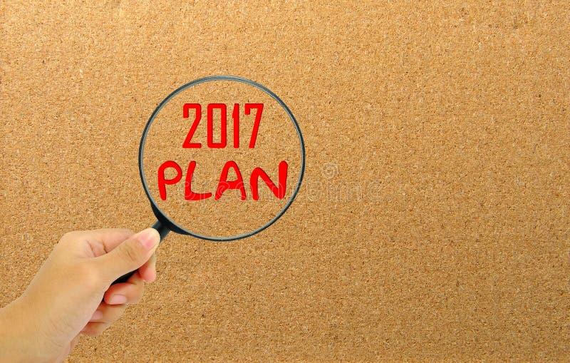 Вручите держать лупу с Новым Годом плана слов 2017 стоковые фотографии rf