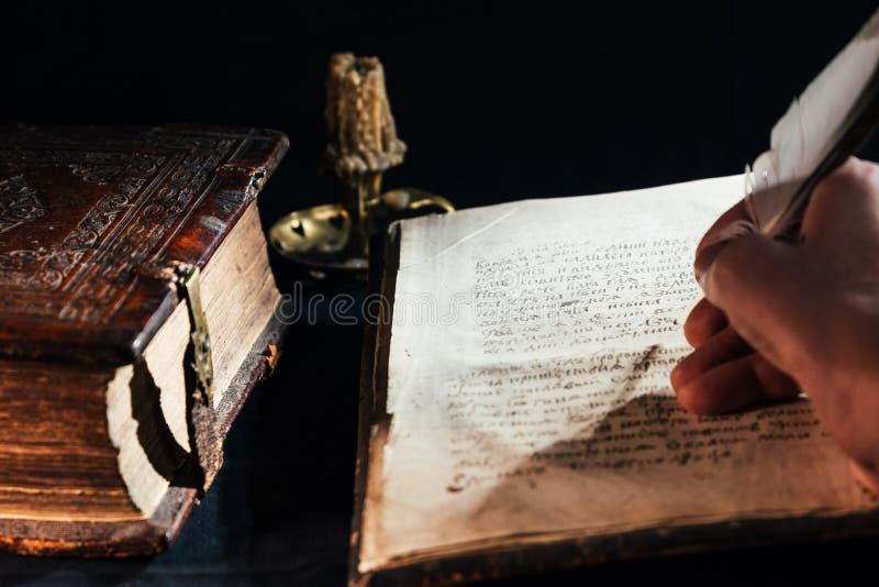 Вручите запись библии старой книги с сценарием пера старым стоковое изображение