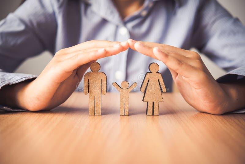 Вручите защищать людей семьи значка - концепцию insura стоковое изображение rf