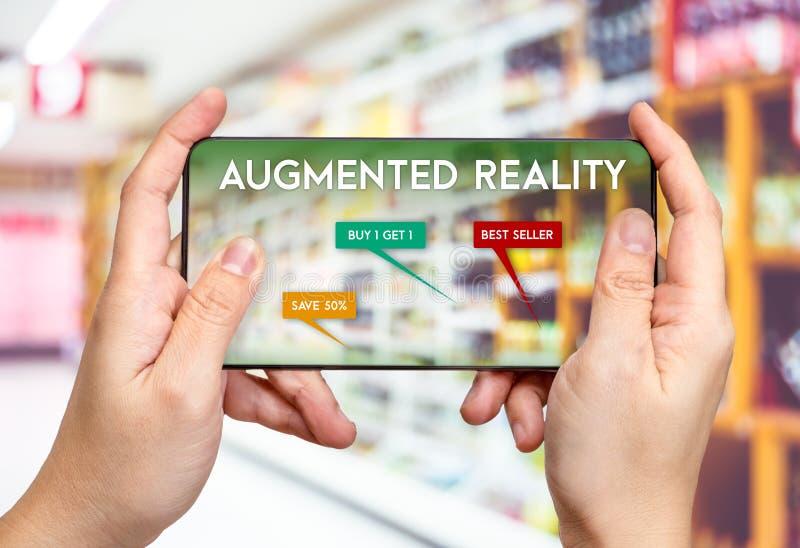 Вручите мобильный телефон владением и использование увеличенной реальности AR app fo стоковые изображения rf