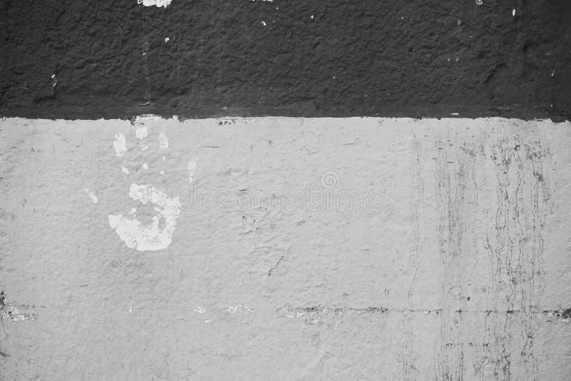 Вручите печать в белизне на стене шелушась с краски стоковая фотография