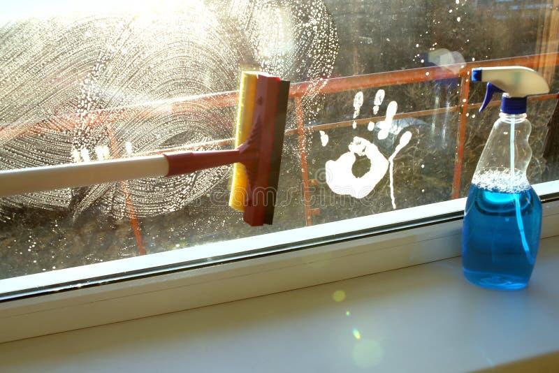 Вручите печать на пакостном окне и скребке очищая стекло стоковое фото rf