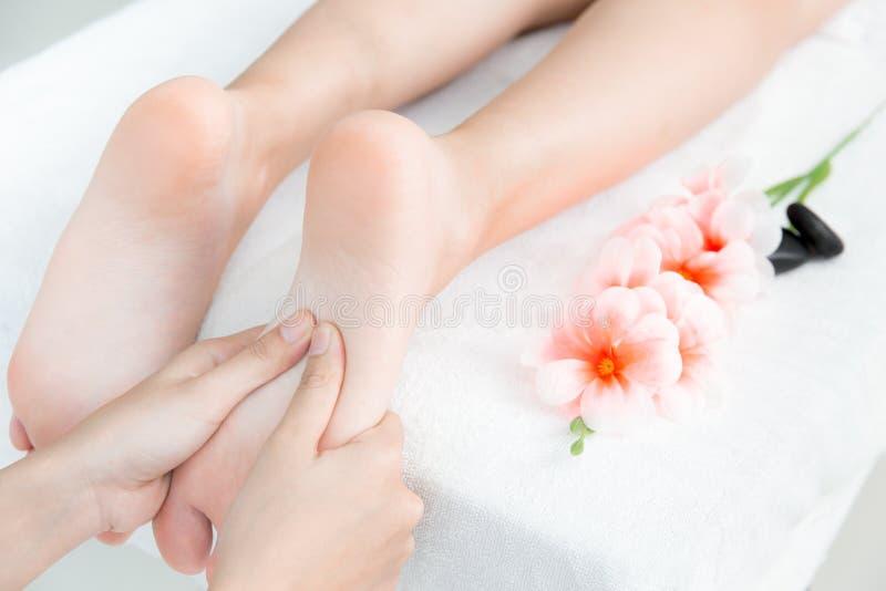 Вручите прессу на концепции массажа и курорта ноги стоковые изображения rf