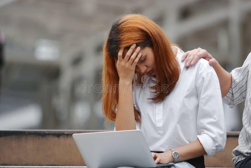 Вручите ` s коллеги утешая подавленную унылую азиатскую женщину с руками на плакать стороны стоковые изображения rf