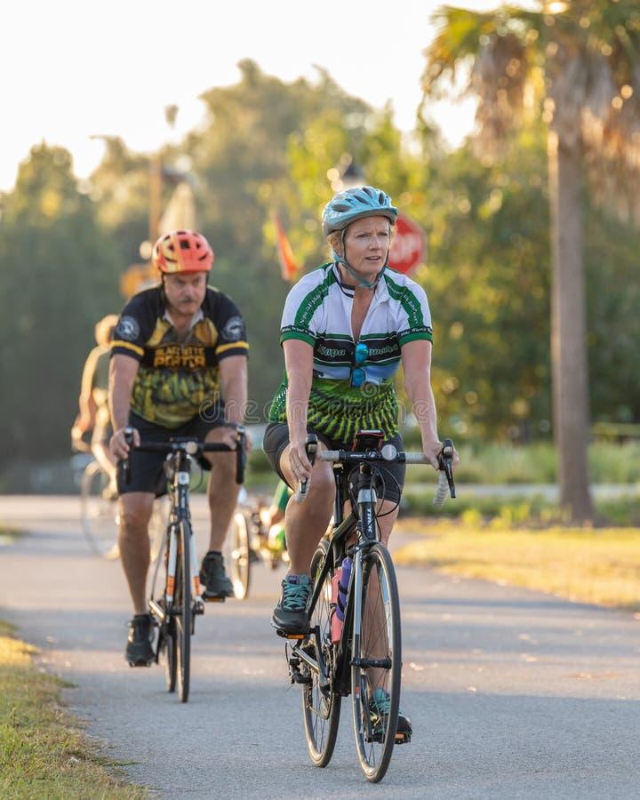 Всадники велосипеда женщины и человека причаливая камере стоковая фотография rf