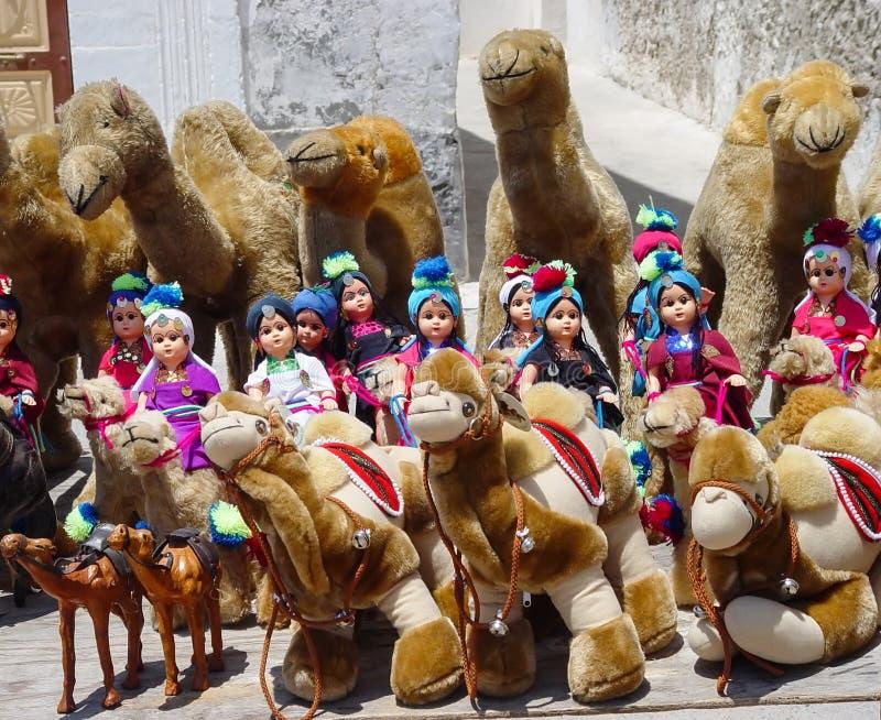 Всадники марионетки в тюрбанах на верблюде плюша стоковые фото