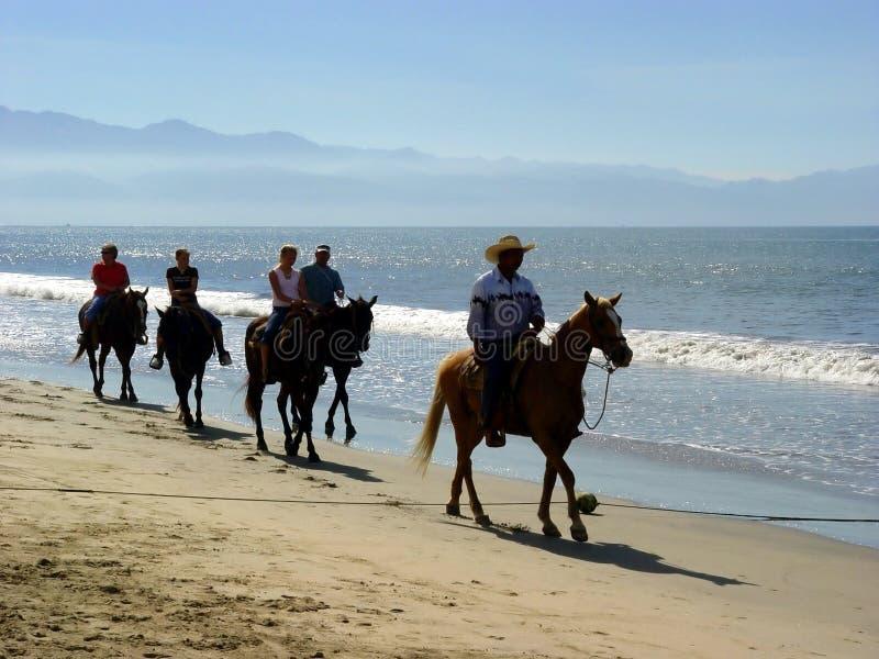 всадники пляжа стоковые изображения