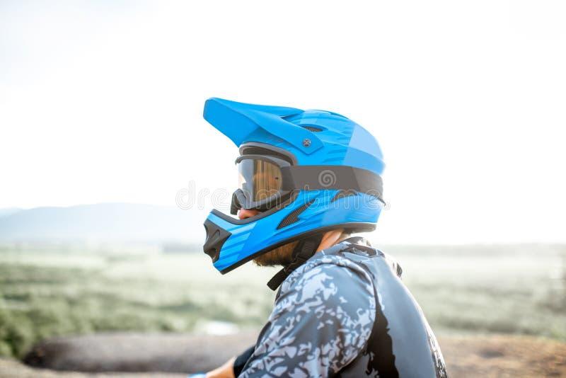 Всадник в шлеме outdoors стоковое изображение