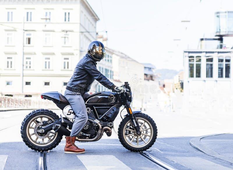 Всадник мотоцикла на выполненном на заказ гонщике кафа стиля встряхивателя в th стоковое изображение