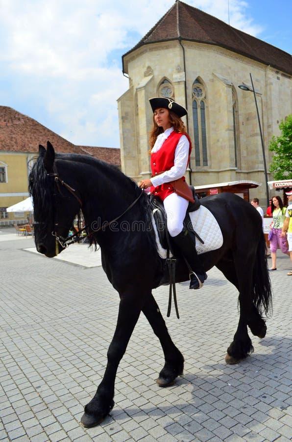 Всадник женщины на лошади - цитадели Каролины в Alba Iulia, Румынии стоковое фото
