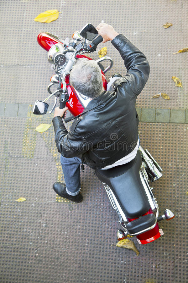 Всадник мотоцикла вида с воздуха красный стоковая фотография rf