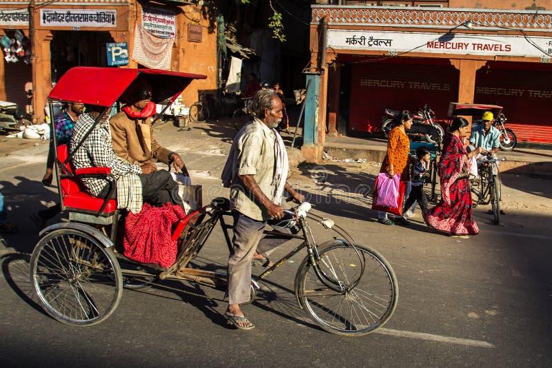 Всадник рикши транспортирует пассажира стоковые изображения rf