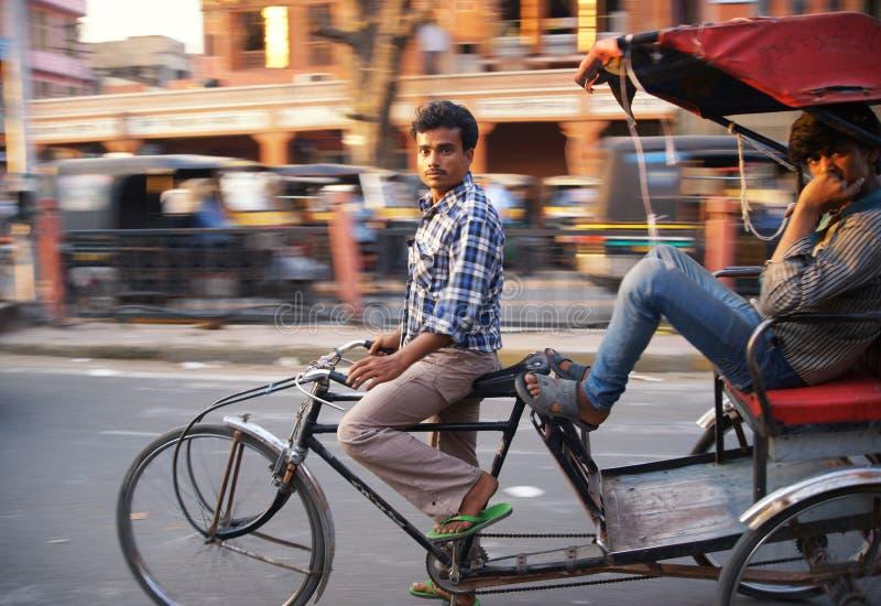 Всадник рикши транспортирует пассажира стоковая фотография