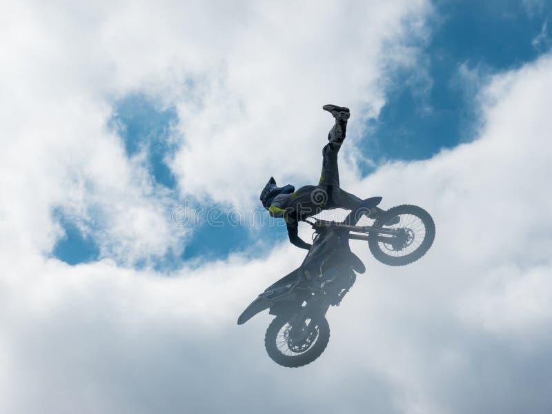 Всадник фристайла Motocross отсутствие скачки ноги стоковые фото