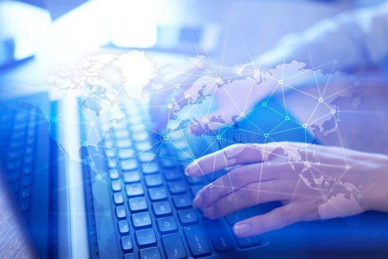 Всемирная сеть на виртуальном экране Карта и значки мира Интернет и концепция технологии стоковые изображения