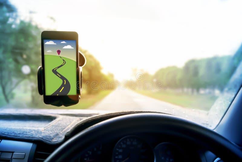 Всеобщий держатель держателя для умных телефонов составляет карту и навигация в автомобиле стоковое фото rf