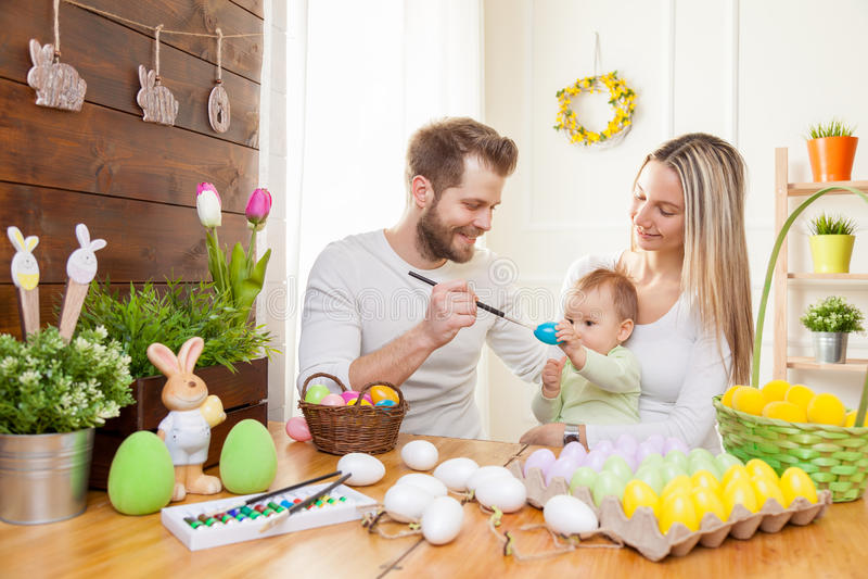 2 всех пасхального яйца принципиальной схемы цыпленока ведра цветут детеныши покрашенные травой помещенные Счастливая мать и отец стоковые изображения rf