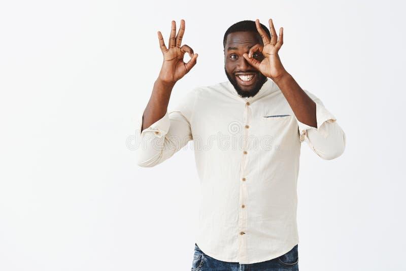 Все будет превосходно, гарантирует вас Радостный дружелюбный и приятный Афро-американский человек в белый делать рубашки стоковая фотография rf
