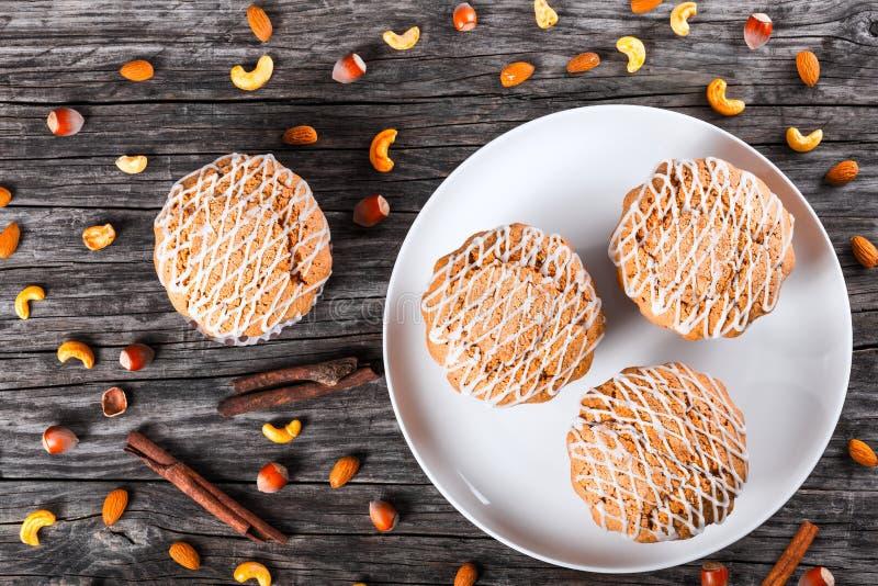 Все булочки пшеницы с изюминками, гайками и имбирем, концом-вверх стоковые изображения rf
