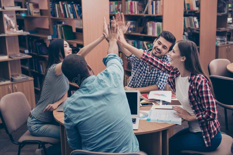 Все вместе! Зачатие успешный teambuilding 4 счастливое стоковое изображение rf
