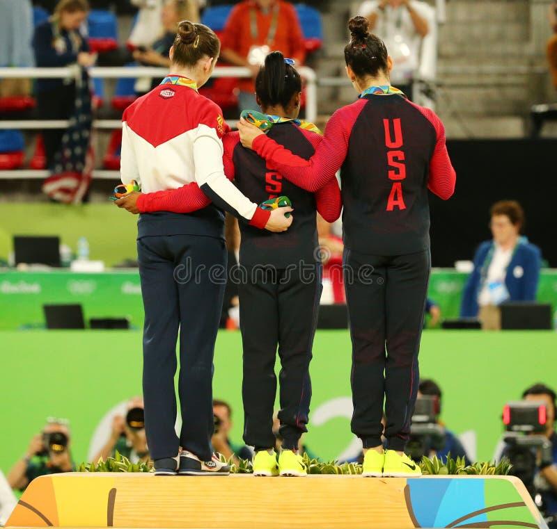 Все-вокруг медалистов гимнастики на Рио 2016 Олимпиад Aliya Mustafina России (l), желчей Simone и Aly Raisman США стоковая фотография rf