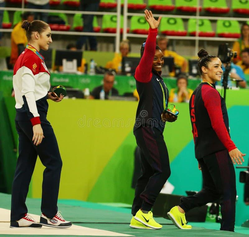 Все-вокруг медалистов гимнастики на Рио 2016 Олимпиад Aliya Mustafina России (l), желчей Simone и Aly Raisman США стоковое изображение rf