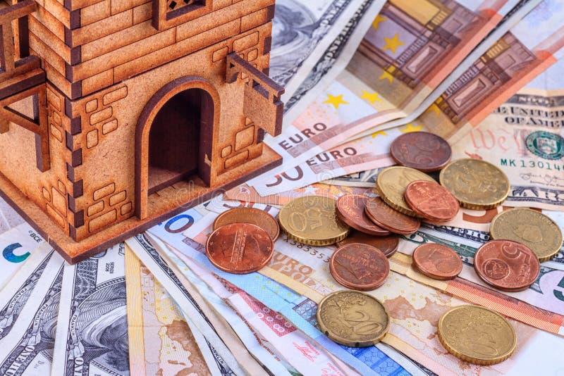 все еще жизнь, концепция - инвестиции денег в покупку и аренду жилья, налоги, платежи, деньги и дом стоковые изображения