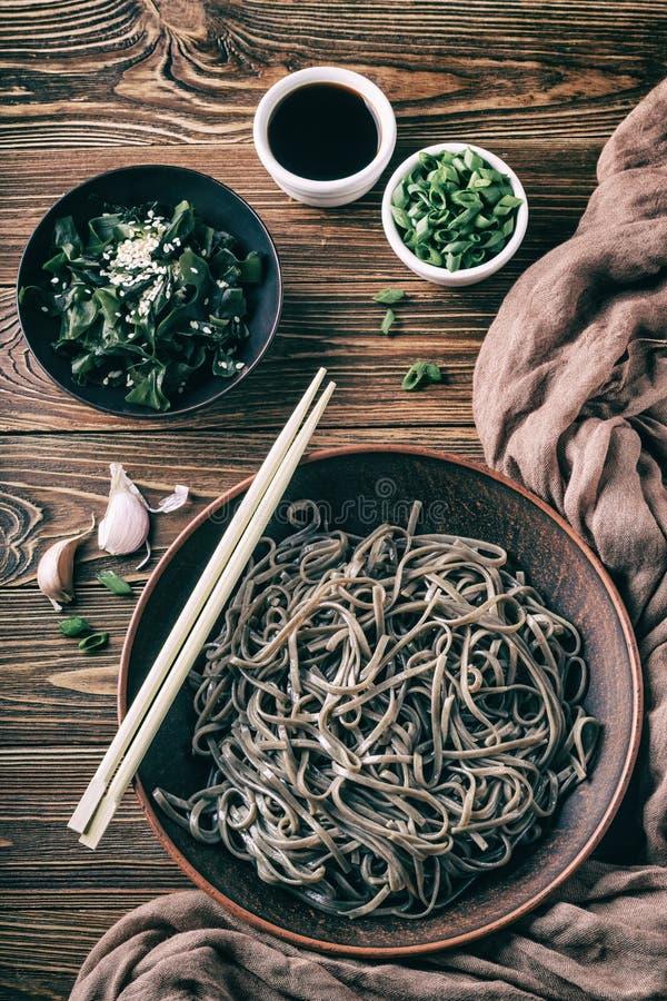 Все еще жизнь с видом на традиционные японские лапши со сбойными лапшой с нори-диетическими водорослями и соевым соусом стоковое изображение