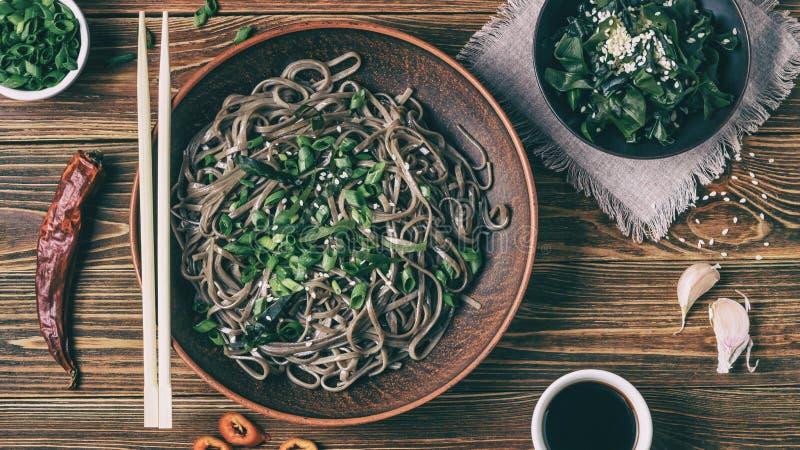 Все еще жизнь с видом на традиционные японские лапши со сбойными лапшой с нори-диетическими водорослями и соевым соусом стоковые фото