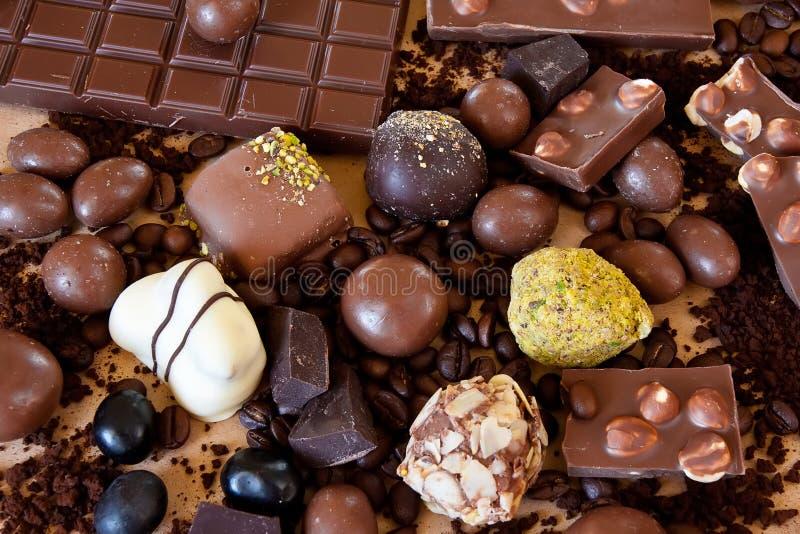Все еще жизнь шоколада, помадок и кофе стоковое фото