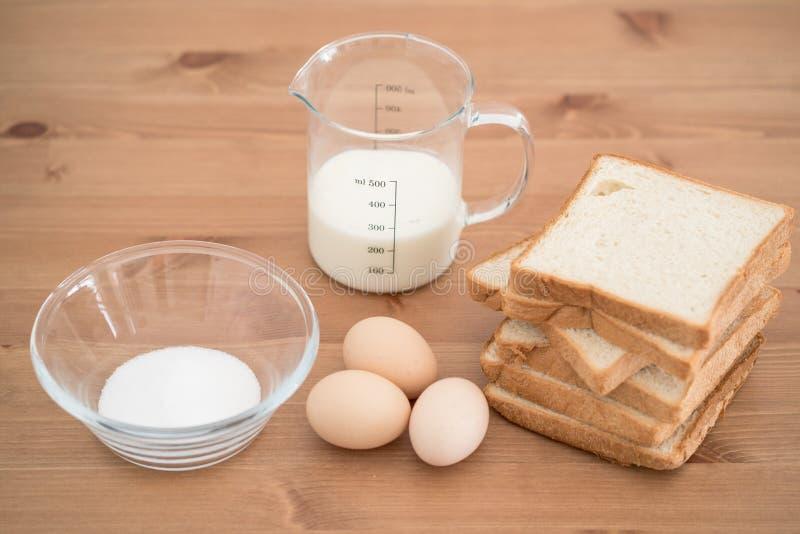 Все ингридиенты для подготовки французской здравицы eggs хлеб молока и стоковое фото