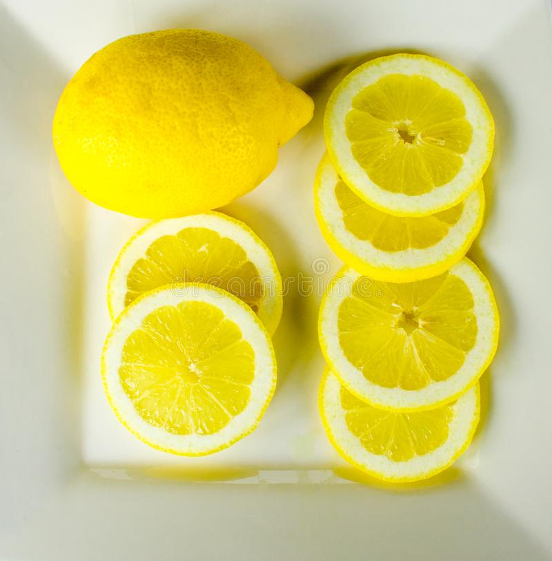 Все и отрезанные лимоны на белой предпосылке стоковая фотография rf