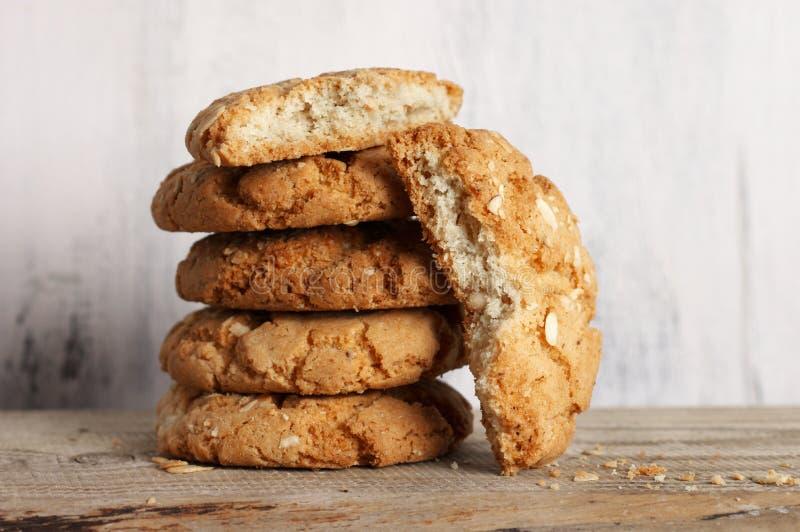 Все и сломленные печенья арахиса стоковое изображение